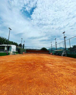𝘞𝘦 𝘸𝘪𝘭𝘭 𝘭𝘪𝘷𝘦 𝘰𝘯 𝘵𝘩𝘦 𝘤𝘰𝘶𝘳𝘵 ! 🧡 #courtno3 #claycourt #tenniscourt #clay #sky #lesraquettes #tennisacademy #tennisclub #tenniskids #tennisadults #skg #greece #tennislove #tennislife #tennislessons #beautifulplace
