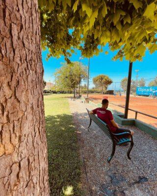𝘍𝘪𝘯𝘥 𝘢 𝘣𝘦𝘢𝘶𝘵𝘪𝘧𝘶𝘭 𝘱𝘭𝘢𝘤𝘦 𝘢𝘯𝘥 𝘨𝘦𝘵 𝘭𝘰𝘴𝘵 ! 💚 #morning #morningvibes #lesraquettes #beautifulplaces #skg #thessaloniki #nature #green #blue #tennis #tennisdestinations #bluesky #tenniscourt #tennisacademy