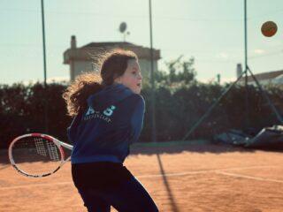 𝘒𝘦𝘦𝘱 𝘺𝘰𝘶𝘳 𝘦𝘺𝘦𝘴 𝘰𝘯 𝘵𝘩𝘦 𝘣𝘢𝘭𝘭 👀  #tennis #tennisacademy #junior #juniorplayer #tennisschool #academy #skg #greece #eyesontheball #tenniskids