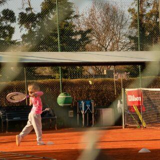 𝘍𝘰𝘭𝘭𝘰𝘸 𝘵𝘩𝘳𝘰𝘶𝘨𝘩! 📸 #tennistime #tennispractice #improveyourtechnique #tennisacademy #lesraquettes #tenniskids #tennislife #skg #greece #followthrough #backhand #playwithstyle