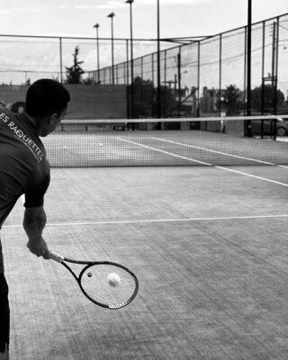 ⚪️𝘛𝘦𝘯𝘯𝘪𝘴 𝘪𝘴 𝘢 𝘱𝘴𝘺𝘤𝘩𝘰𝘭𝘰𝘨𝘪𝘤𝘢𝘭 𝘴𝘱𝘰𝘳𝘵, 𝘺𝘰𝘶 𝘩𝘢𝘷𝘦 𝘵𝘰 𝘬𝘦𝘦𝘱 𝘢 𝘤𝘭𝘦𝘢𝘳 𝘮𝘪𝘯𝘥 𝘢𝘯𝘥 𝘦𝘯𝘫𝘰𝘺 𝘵𝘩𝘦 𝘨𝘢𝘮𝘦 !  #morning #morningvibes #tennis #lesraquettes #lesraquettestennisacademy #lesraquettestennisclub #sport #psychology #clearmind #enjoythegame #skg #greece #thessaloniki #blackandwhite #positivevibes