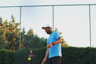 "ℹ ️𝘋𝘪𝘥 𝘺𝘰𝘶 𝘬𝘯𝘰𝘸 𝘵𝘩𝘢𝘵 𝘛𝘦𝘯𝘯𝘪𝘴 𝘸𝘢𝘴 𝘪𝘯𝘪𝘵𝘪𝘢𝘭𝘭𝘺 𝘱𝘭𝘢𝘺𝘦𝘥 𝘸𝘪𝘵𝘩 𝘺𝘰𝘶𝘳 𝘩𝘢𝘯𝘥𝘴? 𝘐𝘵 𝘸𝘢𝘴 𝘤𝘢𝘭𝘭𝘦𝘥 ""𝘫𝘦𝘶 𝘥𝘦 𝘱𝘢𝘶𝘮𝘦""(𝘨𝘢𝘮𝘦 𝘰𝘧 𝘵𝘩𝘦 𝘱𝘢𝘭𝘮) 𝘢𝘯𝘥 𝘱𝘦𝘰𝘱𝘭𝘦'𝘴 𝘩𝘢𝘯𝘥𝘴 𝘸𝘦𝘳𝘦 𝘱𝘳𝘦𝘴𝘶𝘮𝘢𝘣𝘭𝘺 𝘸𝘰𝘳𝘯 𝘢𝘯𝘥 𝘳𝘦𝘥 𝘶𝘯𝘵𝘪𝘭 𝘵𝘩𝘦 16𝘵𝘩 𝘤𝘦𝘯𝘵𝘶𝘳𝘺 𝘸𝘩𝘦𝘯 𝘳𝘢𝘤𝘲𝘶𝘦𝘵𝘴 𝘤𝘢𝘮𝘦 𝘪𝘯𝘵𝘰 𝘶𝘴𝘦 ❗️ #tennis #tennisfacts #tennisgame #history #tennishistory #tennislife #lovetennis #lesraquettes #lesraquettestennisacademy #tennisacademy #tennisclub #sport #life #lovethis #skg #thessaloniki #greece"