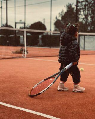 👶𝘐𝘵'𝘴 𝘯𝘦𝘷𝘦𝘳 𝘵𝘰𝘰 𝘦𝘢𝘳𝘭𝘺 𝘵𝘰 𝘧𝘰𝘭𝘭𝘰𝘸 𝘺𝘰𝘶𝘳 𝘥𝘳𝘦𝘢𝘮𝘴 !🔮 #tennis #tenniskids #babytennis #nevertooearly #followyourdreams #tennisacademy #lesraquettes #lesraquettestennisacademy #skg #greece #tennisgreece #tennislife #babygirl