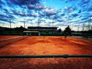 𝘚𝘢𝘷𝘢𝘨𝘦 💙 #tennisclub #tennis #tennisacademy #sky #skyporn #tennislife #tenniscourt #tennispassion #skg #greece #thessaloniki #photooftheday #claycourt #amazingview #joinus #lesraquettes #lesraquettestennisacademy