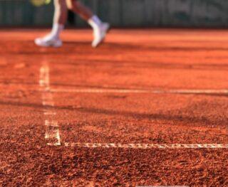 💦𝘛𝘩𝘦 𝘴𝘢𝘮𝘦 𝘴𝘶𝘯 𝘵𝘩𝘢𝘵 𝘮𝘦𝘭𝘵𝘴 𝘣𝘶𝘵𝘵𝘦𝘳 𝘩𝘢𝘳𝘥𝘦𝘯𝘴 𝘤𝘭𝘢𝘺 ! 💧 #springday #claycourt #tennis #lesraquettes #tennisacademy #tennislife #clayart #sunnyday #skg #greece #academia #tennisworld
