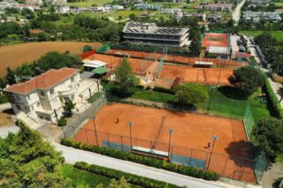 """𝘐 𝘫𝘶𝘴𝘵 𝘯𝘦𝘦𝘥 𝘴𝘰𝘮𝘦 𝘵𝘪𝘮𝘦 𝘪𝘯 𝘢 𝘣𝘦𝘢𝘶𝘵𝘪𝘧𝘶𝘭 𝘱𝘭𝘢𝘤𝘦 𝘵𝘰 𝘤𝘭𝘦𝘢𝘳 𝘮𝘺 𝘩𝘦𝘢𝘥 "" ! 🆓 #feelfree #tennis #tennisfacilities #tennisclub #beautifulplace #lesraquettes #lesraquettestennisclub #lesraquettestennisacademy #sportfacilities #joinus #skg #thessaloniki #greece #viewfromthetop #dronephotography #clearyourmind #clearyourhead #playtennis #green #claycourt #cafe #restaurant #pool #gym"