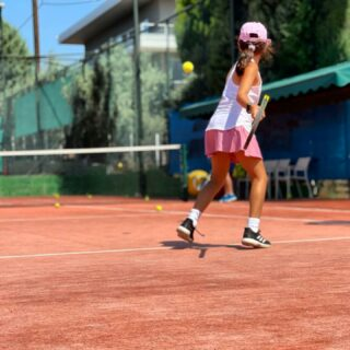 𝘉𝘰𝘳𝘯 𝘵𝘰 𝘱𝘭𝘢𝘺 ! 🤞 #tenniskids #tennisplayer #nextgen #tennisfun #tennislife #lesraquettes #lesraquettestennisacademy #tennisacademy #tennisclub #tennislove #tennis #tennislessons #tennisnextgenstars #skg #thessaloniki #greece #tennisgirl