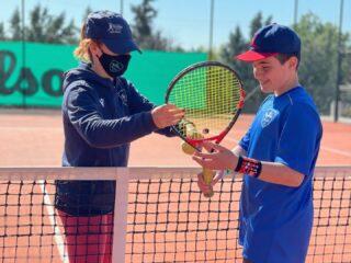 𝘈 𝘛𝘦𝘢𝘤𝘩𝘦𝘳 𝘵𝘢𝘬𝘦𝘴 𝘢 𝘩𝘢𝘯𝘥, 𝘰𝘱𝘦𝘯𝘴 𝘢 𝘮𝘪𝘯𝘥 𝘢𝘯𝘥 𝘵𝘰𝘶𝘤𝘩𝘦𝘴 𝘢 𝘩𝘦𝘢𝘳𝘵! ❣️ #tennislife #tenniscoach #tennisplayer #kids #lesraquettes #tennisacademy #skg #greece #tennislove #tennispassion #tennislesson #tennistime #training